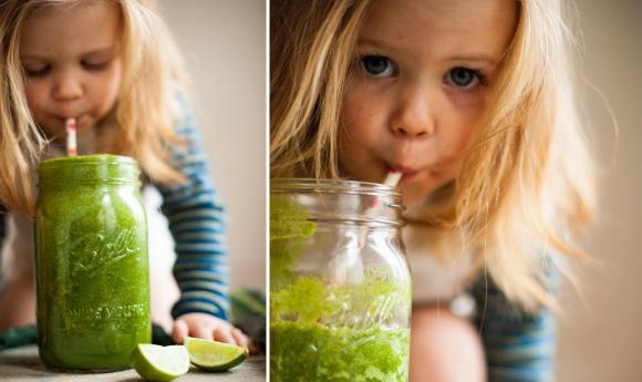 Kleines Mädchen mit Grünem Smoothie