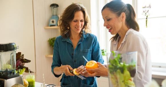 Svenja und Carla bereiten Grüne Smoothies zu.