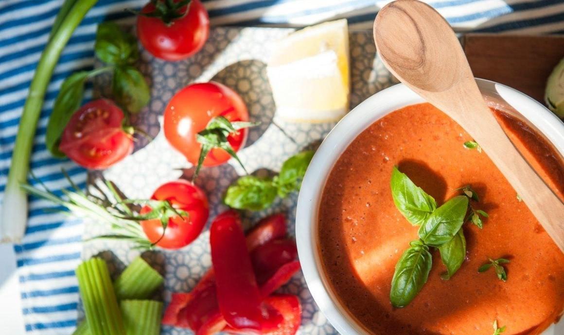 Intervallfasten mit einer Tomatensuppe im Mixer zubereitet