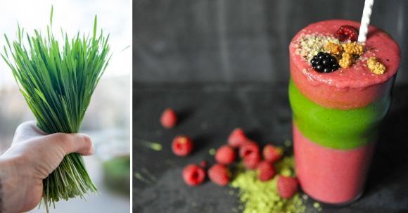 Weizengras-Smoothie geschichtet mit einem Himbeer-Smoothie