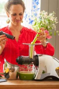 Svenja stellt Sellerie-Saft im Slow Juicer Sana Juicer by Omega EUJ-707 her